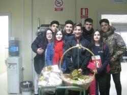 Los ganadores de las cestas, Paula Castillo y Ricardo García, con los compañeros de 1º de Bach que han vendido las papeletas.