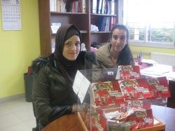 Hayat y Chaima contando el dinero recaudado en la carrera.